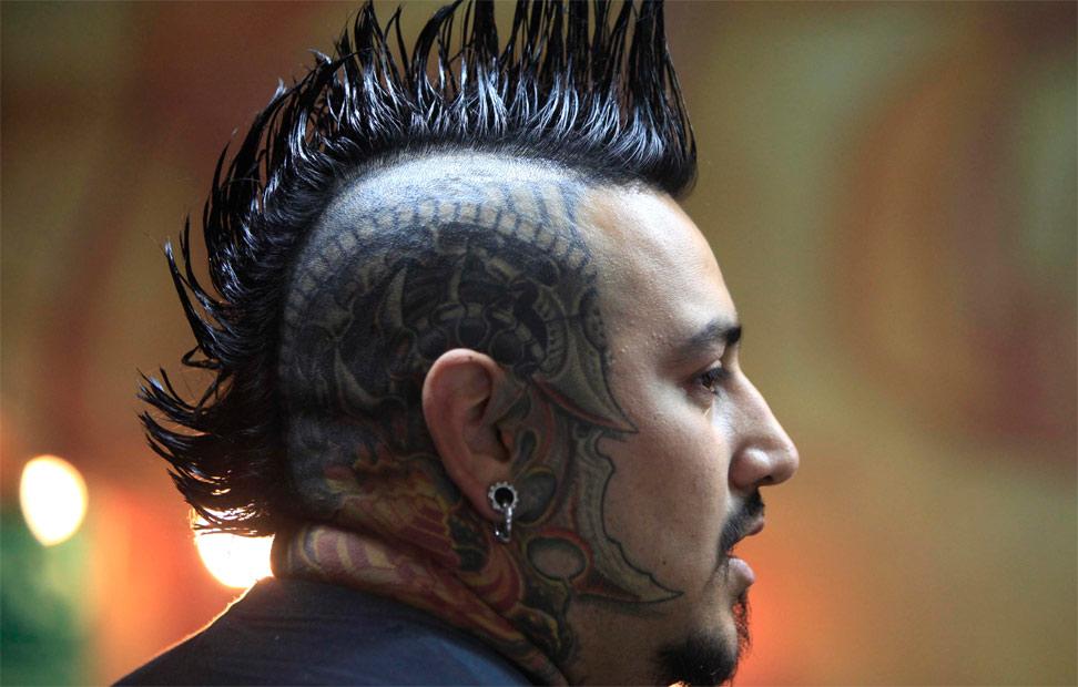 sitios de tatuajes en bogota. 10/10/10 -ARTE A FLOR DE PIEL- Un hombre tatuado durante el Festival de