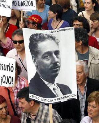 Un hombre porta un cartel con la fotografía de Lluís Companys, durante una manifestación en apoyo a Garzón. EFE