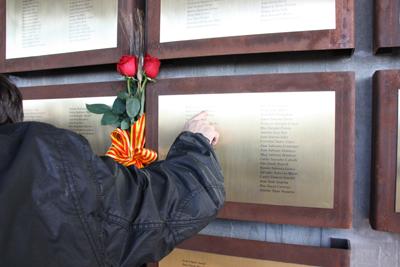 Familiares de las víctimas observaron las placas conmemorativas. - EFE