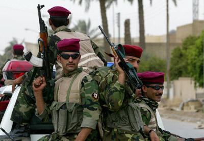 Miembros de la Brigada Lobo patrullan en Bagdad, el 25 de mayo de 2005, tras recibir de las autoridades la medalla al coraje. - AFP