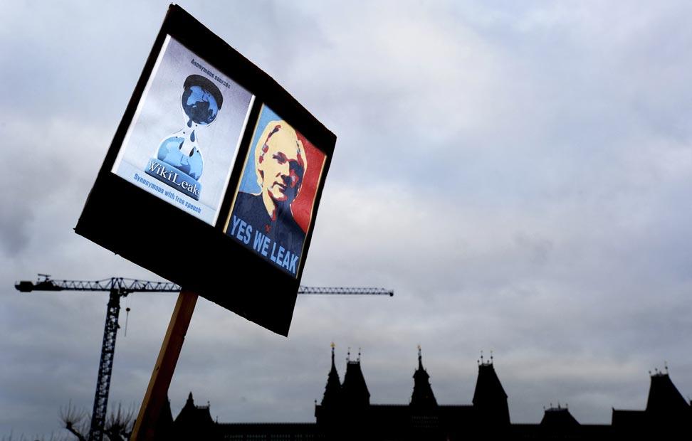Las pancartas han adquirido una nueva dimensión apoyando a Julian Assange. AP PHOTO.