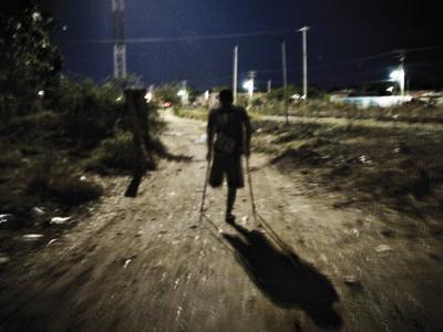 Un migrante que perdió la pierna vuelve a subir al tren para seguir su camino.TONI ARNAU
