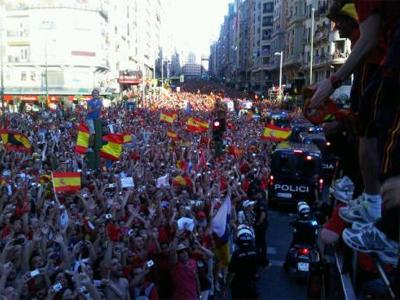Foto twitteada por Carles Puyol desde el autobús que paseó a la Roja por Madrid.