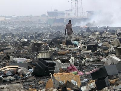 el tercer mundo, convertido en vertederoPaíses como Ghana, en África, reciben cantidades ingentes de basura informática de los países occidentales. La trasladan en barcos que, presuntamente, cargan material para uso de segunda mano, según las imágenes y los testimonios del documental.