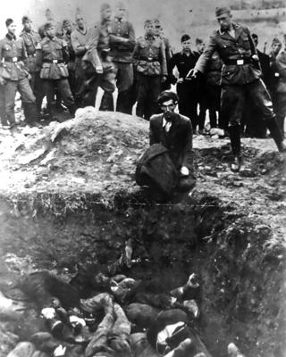 Un miembro de los einsatzgruppen' apunta a un judío.