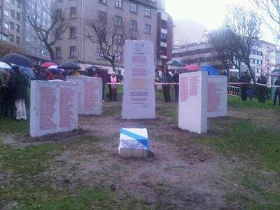 El monumento recoge los nombres de los 600 asesinados por el franquismo en A Coruña, Abegondo, Arteixo, Bergondo, Betanzos, Cambre, Carral, Culleredo, Oleiros y Sada. FOTO: JOSÉ-LUIS PRIETO