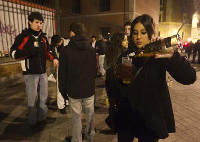 Las calles y plazas del centro de Madrid se llenan de grupos de jóvenes consumiendo alcohol casi todos los fines de semana.