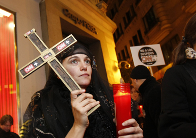 Unas 200 personas, muchas de ellas vestidas de luto, 'velaron' en Madrid el 'cadáver' de CNN+. - Guillermo Sanz