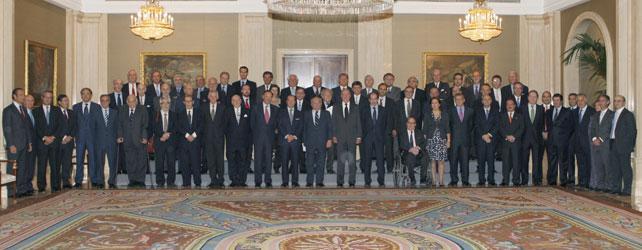 El pasado 15 de noviembre, el rey Juan Carlos recibió de manos del ex ministro Eduardo Serra y otras 63 personalidades el informe Transforma España'. - EFE