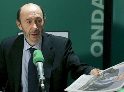 El vicepresidente primero del Gobierno, Alfredo Pérez Rubalcaba, durante la entrevista que concedió hoy a Onda Cero. EFE/Ballesteros