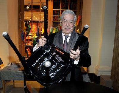 Mario Vargas Llosa realizó la tradicional firma de una silla en el Museo Nobel de Estocolmo.AFP