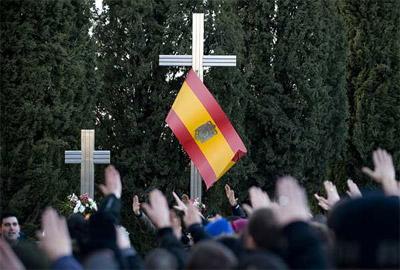 Decenas de jóvenes realizan el saludo fascista, frente al homenaje a los caídos de la División Azul. - DANI POZO