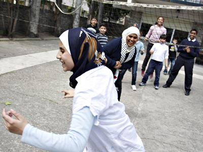 Alumnos del colegio de Al Fateh Árabe, en Madrid, juegan en el patio durante el recreo. - Guillermo Sanz