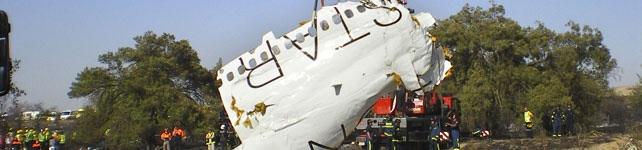 Restos del avión siniestrado en Barajas. EFE
