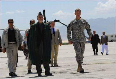 El presidente afgano, Hamid Karzai, durante una reciente visita a la base de Bagram. AFP