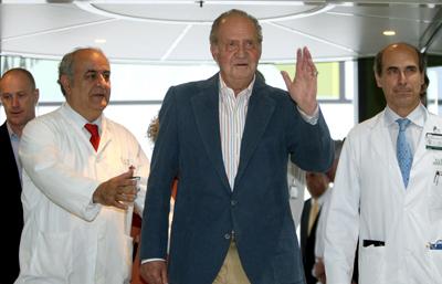 Su Majestad el Rey Don Juan Carlos, acompañado de los doctores Bruguada(i) y Molins(d), a su salida del Hospital Clínic de Barcelona a primera hora de la tarde y, en una breve intervención, ha dado gracias al equipo médico que le ha atendido y ha dicho que 'en España debemos estar orgullosos de la sanidad pública que tenemos '.