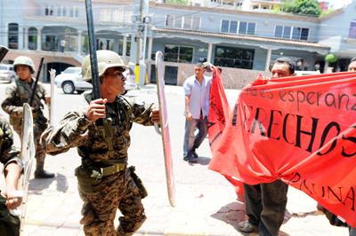 La policía carga contra miembros de la Resistencia que se  manifestaban contra la Comisión de la Verdad, el pasado 4 de mayo, en  Tegucigalpa.GUSTAVO AMADOR / EFE
