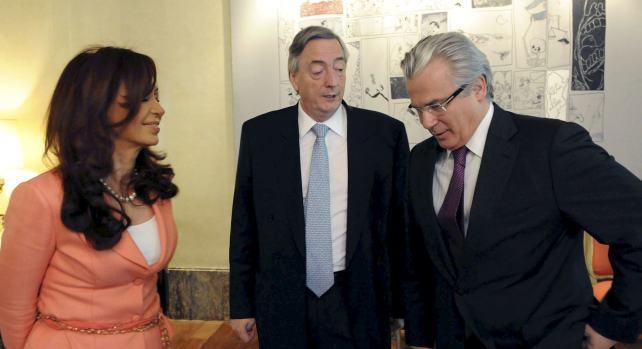 La presidenta de Argentina, Cristina Fernández de Kirchner, junto a su esposo, Néstor Kirchner (c) reciben al juez Baltasar Garzón hoy en la Embajada argentina en Madrid.