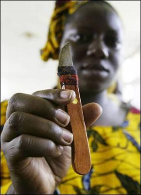 Una mujer de Costa de Marfil, con una cuchilla. - AFP