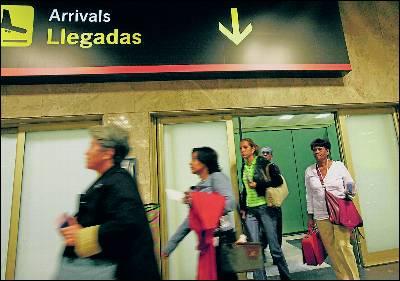 Extranjeros a su llegada a España por el aeropuerto de Barajas.