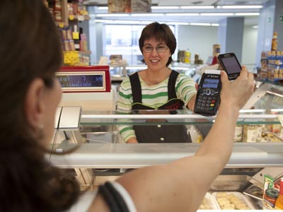 Una de las primeras transacciones realizadas por móvil, ayer, en Sitges.guillem valle