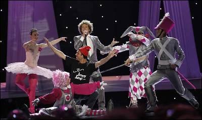 Jimmy Jump irrumpe en la actuación de Daniel Diges en Eurovisión. AFP