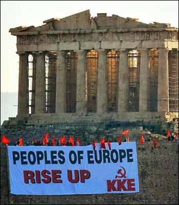 Miembros de formaciones comunistas despliegan una pancarta con el lema 'Pueblos de Europa, levantaos'.