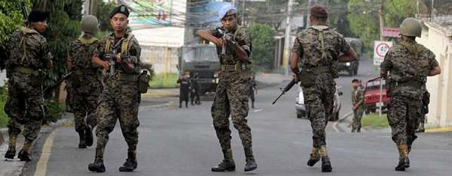 Militares en la casa del presidente de Honduras. EFE