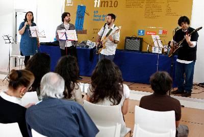 Los autores Care Santos (i), Andrés Neuman (2i), Mario Cuenca Sandoval (2d) y Fernado Iwasaki (d), interpretaron canciones de los Beatles, durante la presentación hoy, en la Feria del Libro, de '22 Escarabajos', un libro de cuentos en el que estos escritores 'beatlemaníacos' comparten el universo de los Beatles.