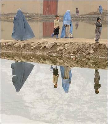 Dos mujeres pasean con burka por Kabul, la capital del país (Afganistán) donde el uso del velo integral está más arraigado.