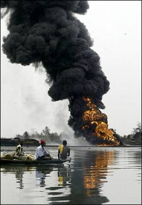 Habitantes del delta del Níger huyen de un oleoducto de Shell en llamas, en 2005. AP