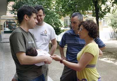 Pablo y Alice (derecha) conversan con un vecino que acaba de ser padre. - Graciela del Río