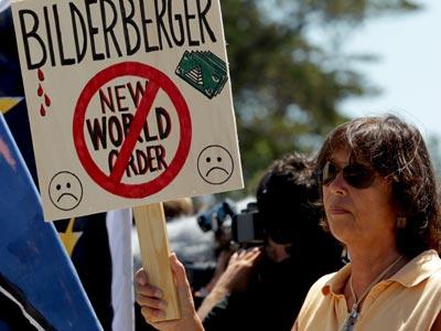 Una manifestante antisistema con una pancarta ante el hotel Dolce.EFE