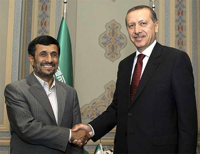 El presidente iraní, Mahmud Ahmadineyad, estrecha la mano del primer ministro turco, Recep Tayyip Erdogan.