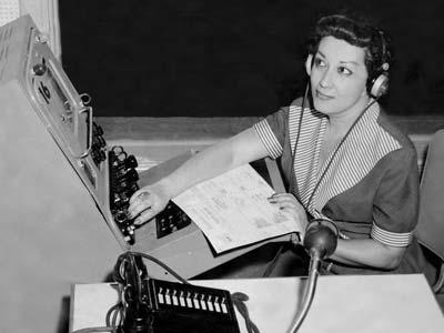 Carlota O'Neill.La periodista en el exilio, trabajando en un programa en los estudios de Televisa (Canal 4), en Caracas, en el año 1963.