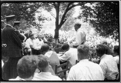 La multitud que asistió obligó al juez a trasladar el juicio a la  calle. En la imagen, William Jennings Bryan  (sentado a la izquierda), durante el ya mítico interrogatorio de  Clarence Darrow (de pie).