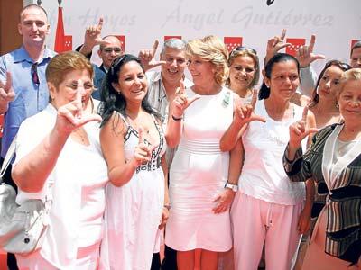 Un grupo de las Dmas de Blanco psoa con Aguirre. EFE