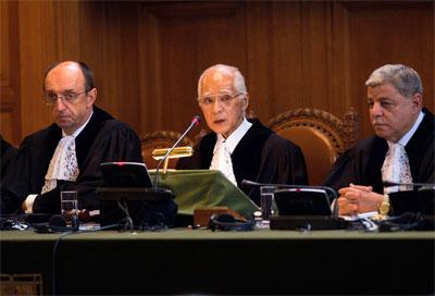 El presidente de la Corte de La Haya, Judge Owada, en el centro, que examina la legalidad de la declaración de independencia de Kosovo. AP