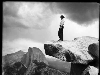Una de las fotografías inéditas en las que Adams incluyó la figura humana en el paisaje, algo poco habitual.