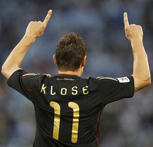El alemán Miroslav Klose celebra uno de sus goles ante Argentina.
