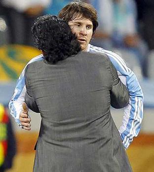 El jugador argentino Lionel Messi (d) es abrazado por el seleccionador argentino, Diego Maradona.