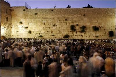 Un grupo de judíos rezan ante el Muro de las Lamentaciones en Jerusalén.