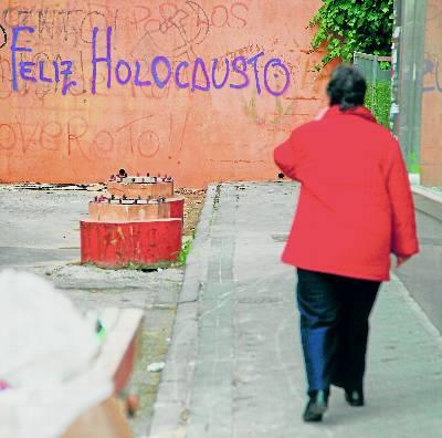 Pintadas xenófobas en un barrio periférico de Madrid.
