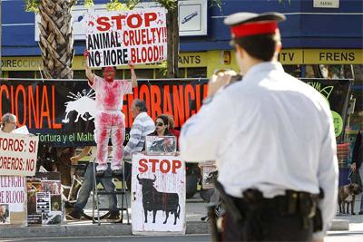 Un grupo de manifestantes antitaurinos se concentran delante de la  plaza de toros de Barcelona, el pasado mes de mayo. EFE
