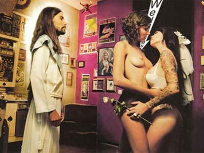 Una de las ilustraciones, en la que se ve a un Jesús contemplando  una escena lésbica