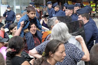 Familias gitanas se enfrentan a la policía contra el desmantelamiento de su poblado. - AFP