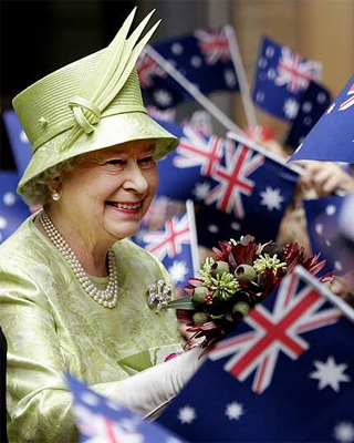 Isabel II en una visita a Australia. - AFP