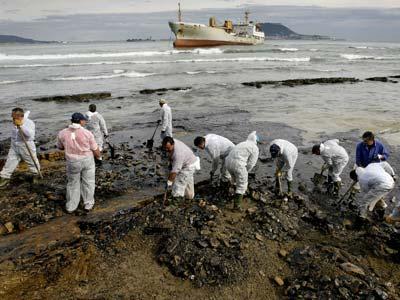 Un equipo limpia el fuel vertido por el buque Sierra Nava' en una playa cercana a Algeciras, en enero de 2007. AFP