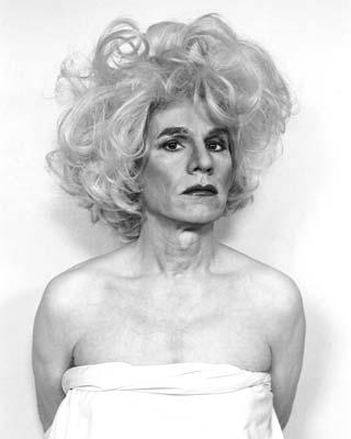 Warhol, vestido de Marilyn ante la cámara de Christopher Makos.