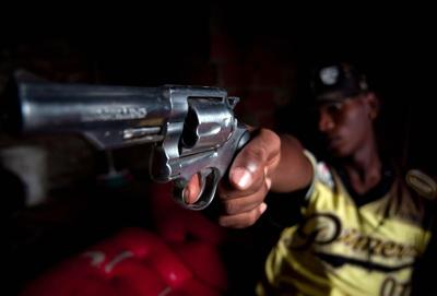 Un pandillero apunta un arma en una comuna de la ciudad de Medellín (Colombia) el 1 de junio.FEDERICO RíOS / EFE